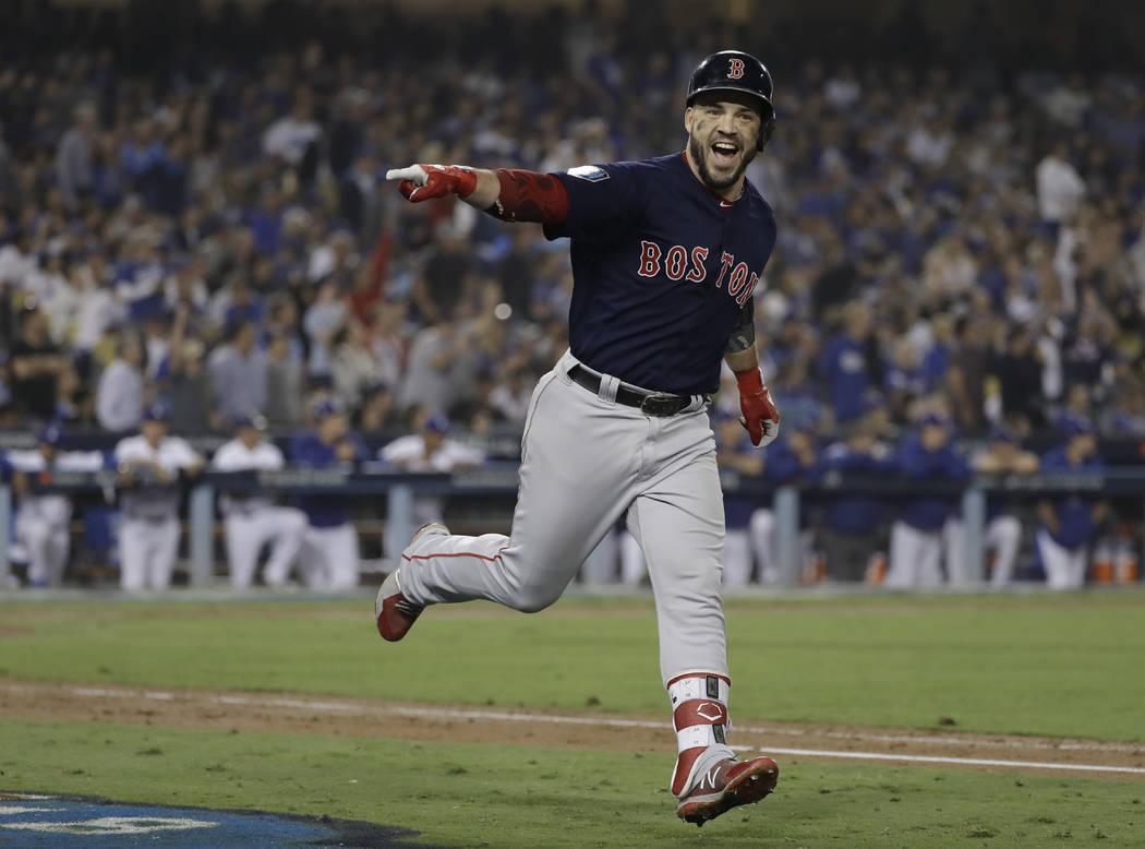 Steve Pearce de los Red Sox de Boston celebra su segundo jonrón durante la octava entrada en el Juego 5 del juego de béisbol de la Serie Mundial contra los Dodgers de Los Ángeles el domingo, 28 ...