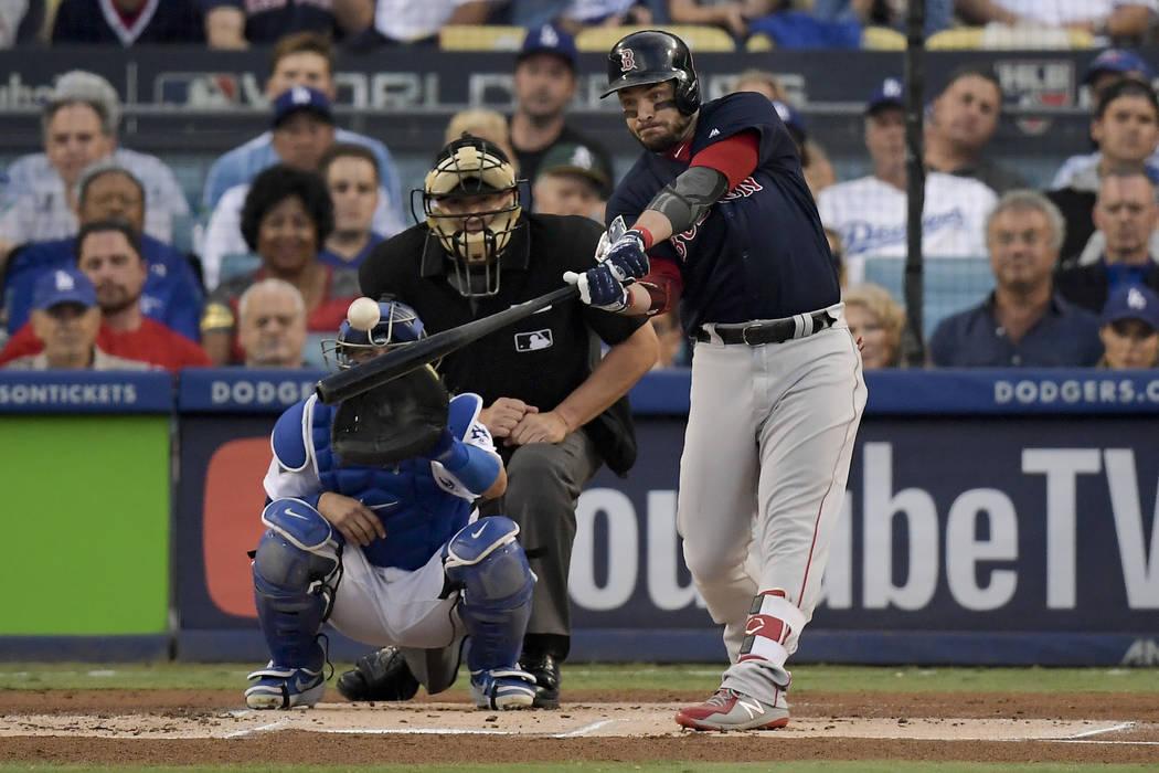 Steve Pearce de los Red Sox de Boston bateó un jonrón de dos carreras contra los Dodgers de Los Ángeles durante la primera entrada en el Juego 5 del juego de béisbol de la Serie Mundial el dom ...
