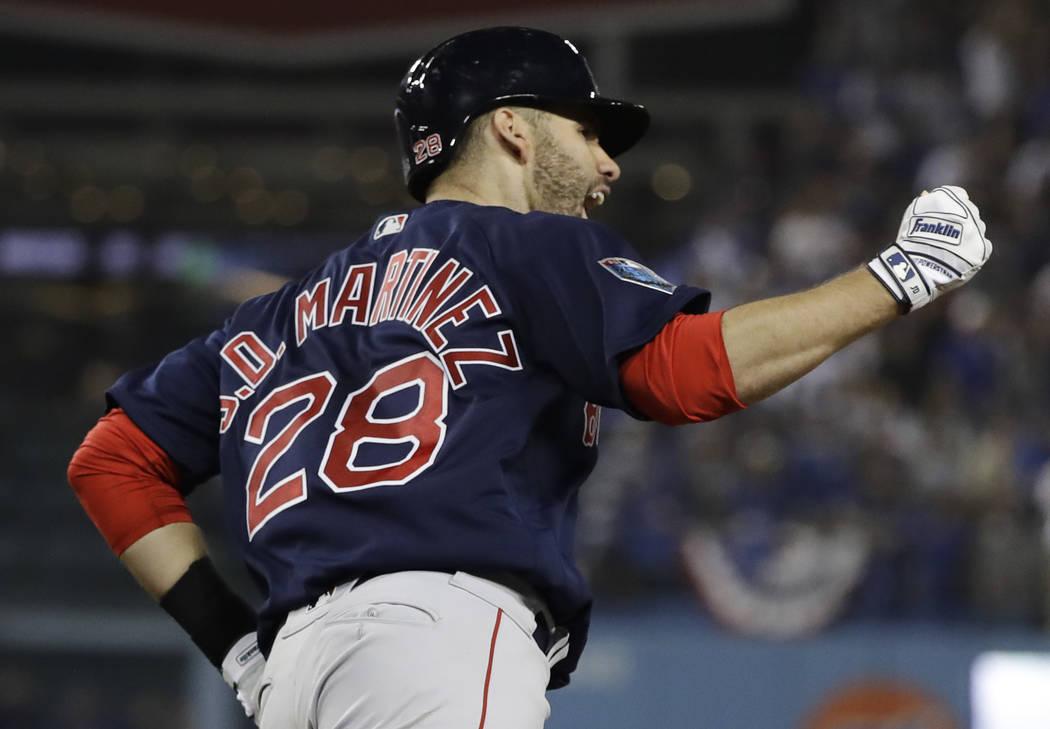 J.D. Martínez, de los Red Sox de Boston, celebra después de pegar un jonrón contra Clayton Kershaw de los Dodgers de Los Ángeles durante la séptima entrada en el Juego 5 del juego de béisbol ...
