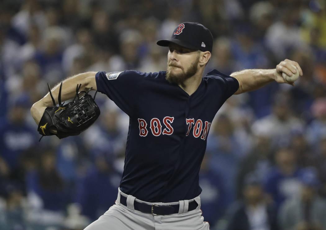 El lanzador Chris Sale de los Red Sox de Boston, lanza durante la novena entrada en el Juego 5 del juego de béisbol de la Serie Mundial contra los Dodgers de Los Ángeles el domingo 28 de octubre ...