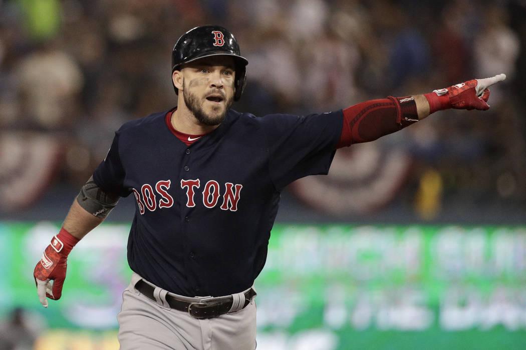 Steve Pearce de los Red Sox de Boston celebra después de su jonrón contra los Dodgers de Los Ángeles durante la octava entrada en el Juego 4 del juego de béisbol de la Serie Mundial el sábado ...