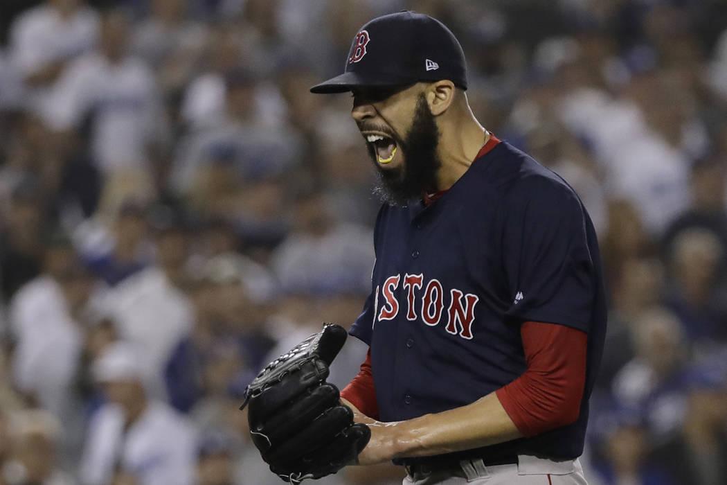 El lanzador de los Red Sox de Boston, David Price, reacciona después de la tercera entrada en el Juego 5 del juego de béisbol de la Serie Mundial contra los Dodgers de Los Ángeles el domingo 28 ...