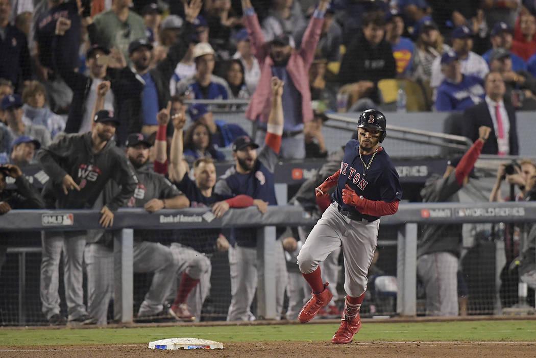 Mookie Betts de los Medias Rojas de Boston redondea las bases luego de un jonrón durante la sexta entrada en el Juego 5 del juego de béisbol de la Serie Mundial contra los Dodgers de Los Ángele ...