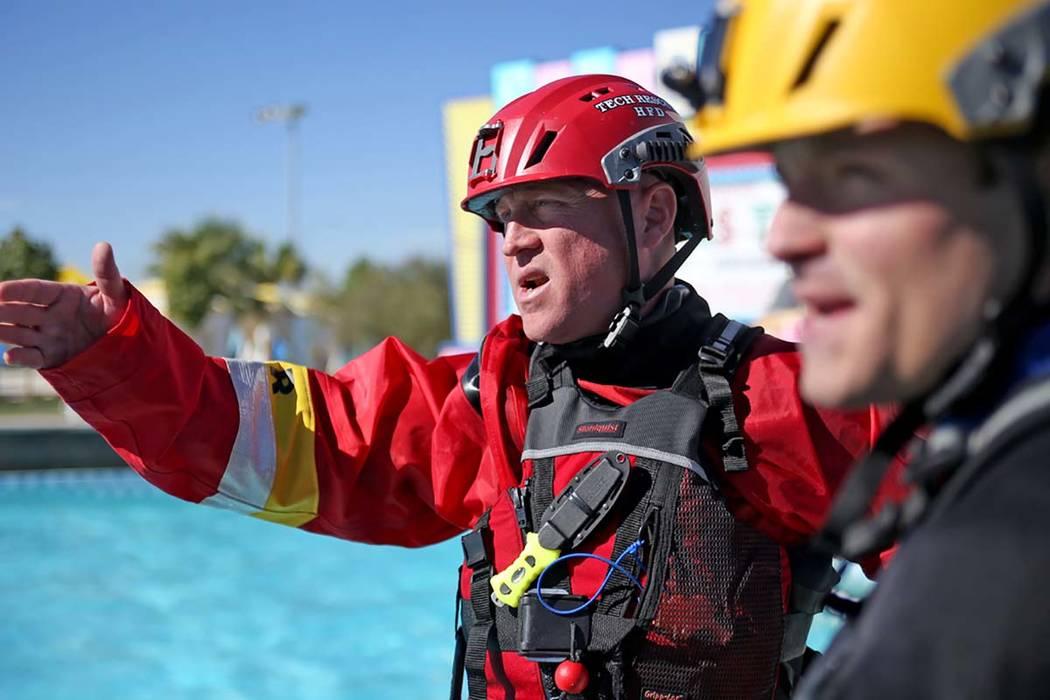 El capitán Trenton Beal dirige a su equipo de bomberos de la Estación 82 durante el entrenamiento de rescate acuático en la Bahía de Cowabunga en Henderson, el miércoles 17 de octubre de 2018 ...