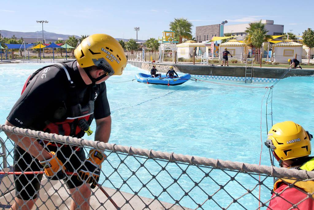 Los bomberos de la Estación 82 maniobran una nueva balsa para entrenamiento de rescate acuático rápido en Cowabunga Bay en Henderson, el miércoles 17 de octubre de 2018. Se usará para rescata ...