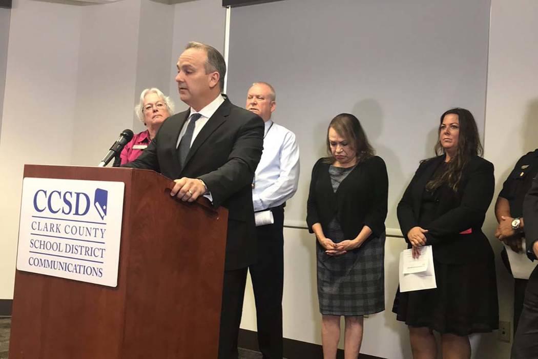 El Superintendente del Distrito Escolar del Condado de Clark, Jesús Jara, habla durante una conferencia de prensa sobre un tiroteo fatal en una escuela secundaria y un número alarmante de incaut ...
