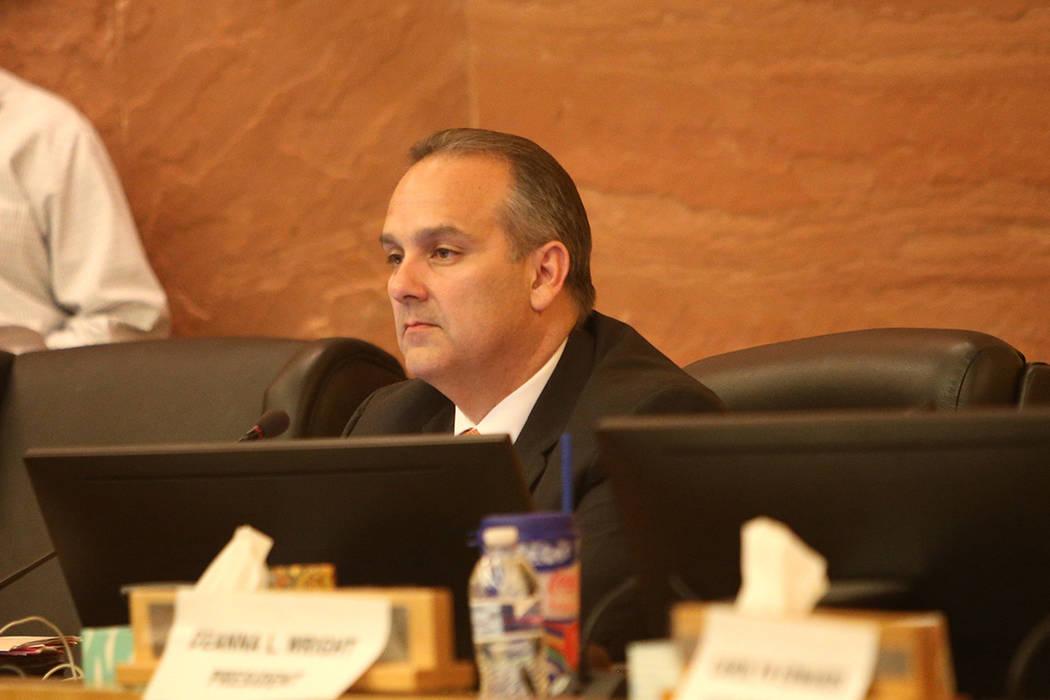 El superintendente escolar del Condado de Clark, Jesús Jara, escucha en una reunión de la junta del CCSD en el Centro de Gobierno del Condado de Clark en Las Vegas, el jueves 9 de agosto de 2018 ...