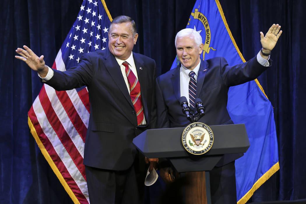 El vicepresidente Mike Pence, a la derecha, se une a Cresent Hardy, candidato republicano para el 4to. Distrito del Congreso, durante un evento de campaña en el Sands Showroom en The Venetian en ...