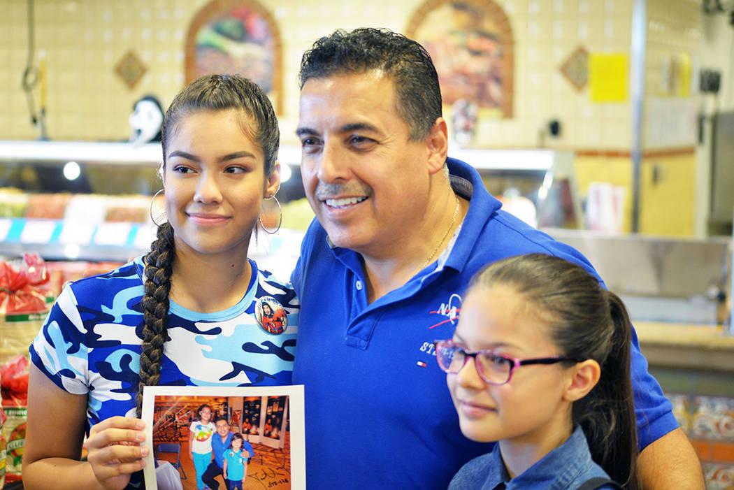 José Hernández saludó a la gente en Cárdenas, aquí con Karolyne y Katherine Zamora, dos jóvenes que lo conocieron hace cinco años en California. Sábado 27 de octubre en el supermercado Cá ...