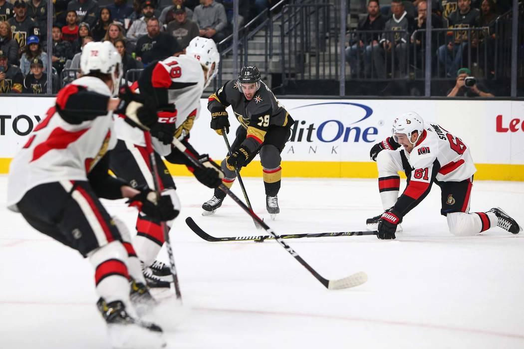 El alero derecho de los Golden Knights, Reilly Smith (19), lucha por el puck contra los Senadores de Ottawa durante el primer período de un juego de hockey de la NHL en T-Mobile Arena en Las Vega ...