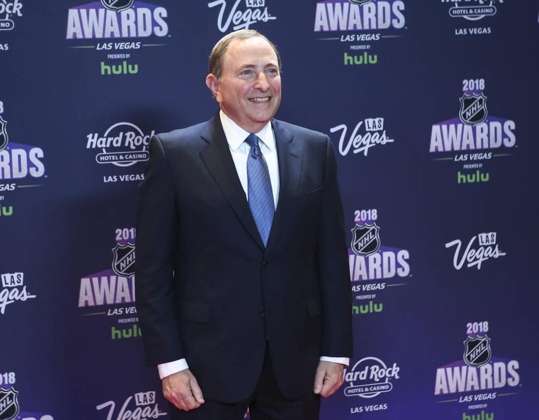 El comisionado de la NHL, Gary Bettman, posa en la alfombra roja antes de los Premios de la NHL en el Hard Rock Hotel en Las Vegas el miércoles 20 de junio de 2018. (Chase Stevens / Las Vegas Rev ...