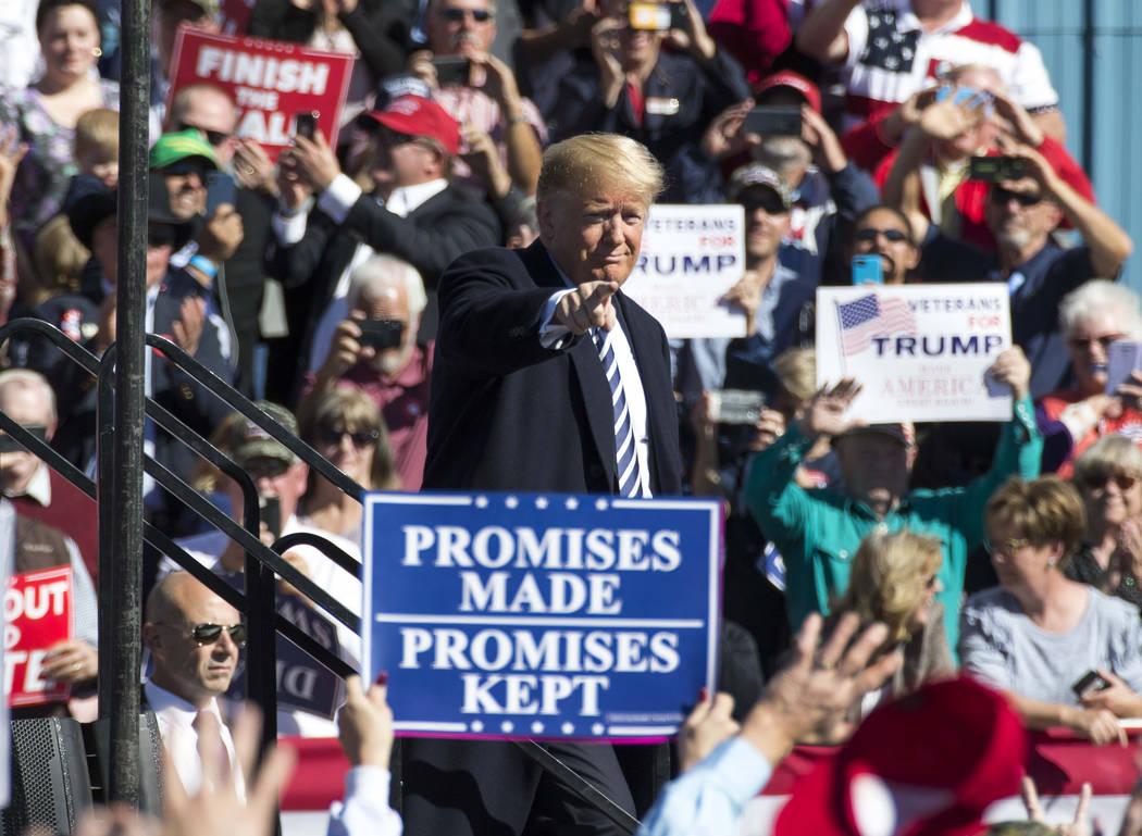 El presidente Donald Trump señala a la multitud después de un Rally Make America Great Again en Elko, Nevada, el sábado 20 de octubre de 2018. Richard Brian Las Vegas Review-Journal @vegasphoto ...