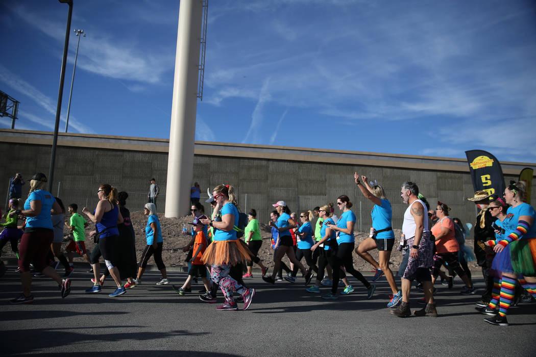 Los corredores salen de la línea de salida durante las carreras de Halloween 5K en el hotel-casino Fiesta Henderson en Las Vegas, el sábado 27 de octubre de 2018. Erik Verduzco Las Vegas Review- ...