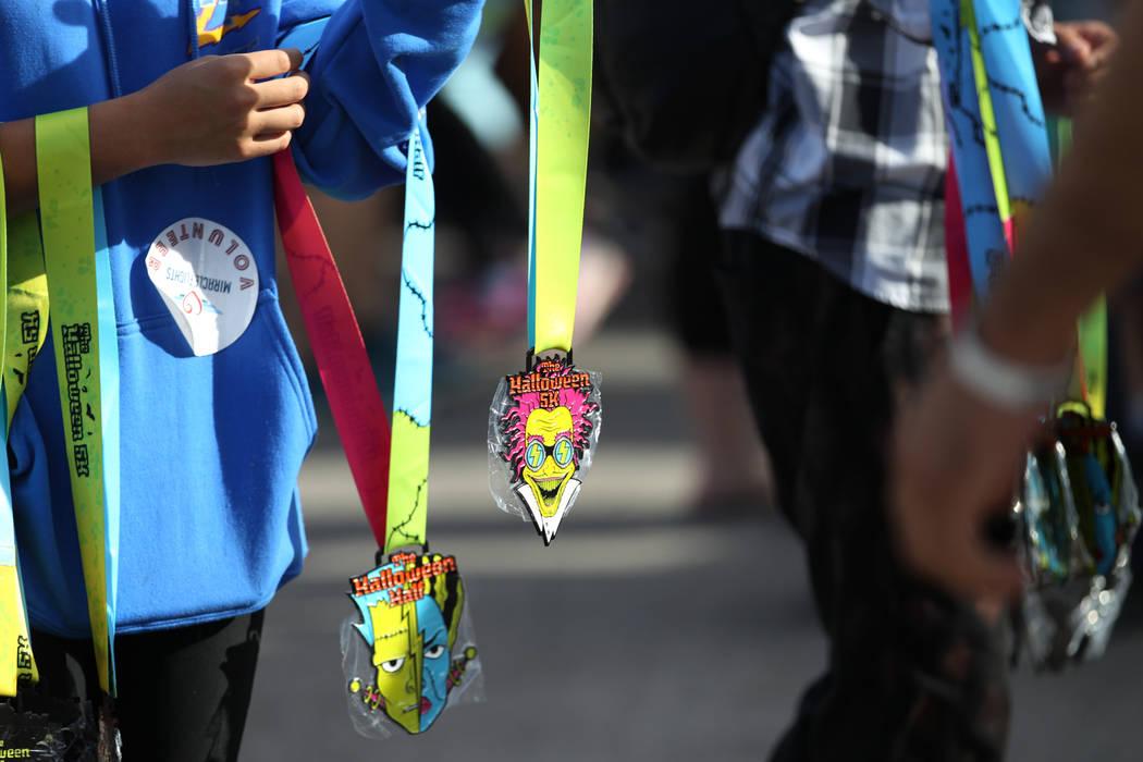 Las medallas se entregan a los finalistas de la carrera de Halloween 5K en el hotel-casino Fiesta Henderson en Las Vegas, el sábado 27 de octubre de 2018. Erik Verduzco Las Vegas Review-Journal @ ...