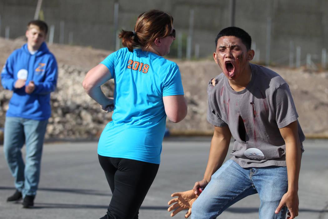 El voluntario Dustin Bartosis, de 17 años, anima a los corredores en el último turno antes de la meta de Halloween 5K en el hotel-casino Fiesta Henderson en Las Vegas, el sábado 27 de octubre d ...