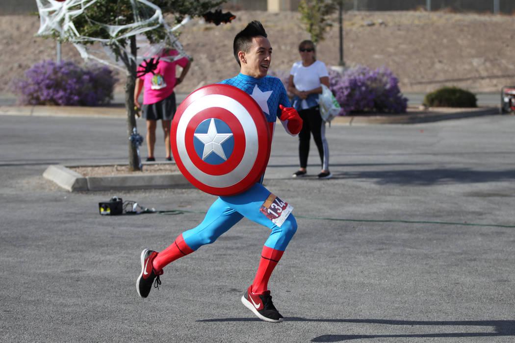 Jeremiah Smith, de 23 años, corre a la meta durante la carrera de Halloween 5K en el hotel-casino Fiesta Henderson en Las Vegas, el sábado 27 de octubre de 2018. Erik Verduzco Las Vegas Review-J ...