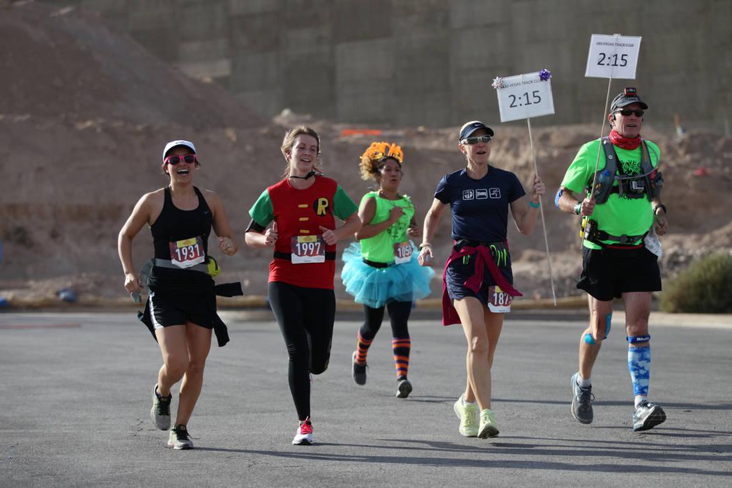 Los corredores corren a la línea de meta durante Halloween 5k en el hotel-casino Fiesta Henderson en Las Vegas, el sábado 27 de octubre de 2018. Erik Verduzco Las Vegas Review-Journal @Erik_Verduzco