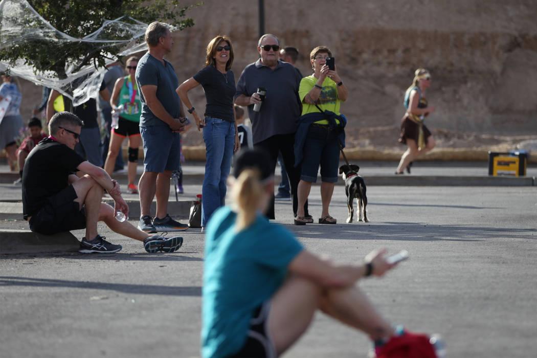 La gente ve cómo los corredores llegan a la meta durante la media maratón de Halloween y las carreras de 5 kilómetros en el hotel-casino Fiesta Henderson en Las Vegas, el sábado 27 de octubre ...