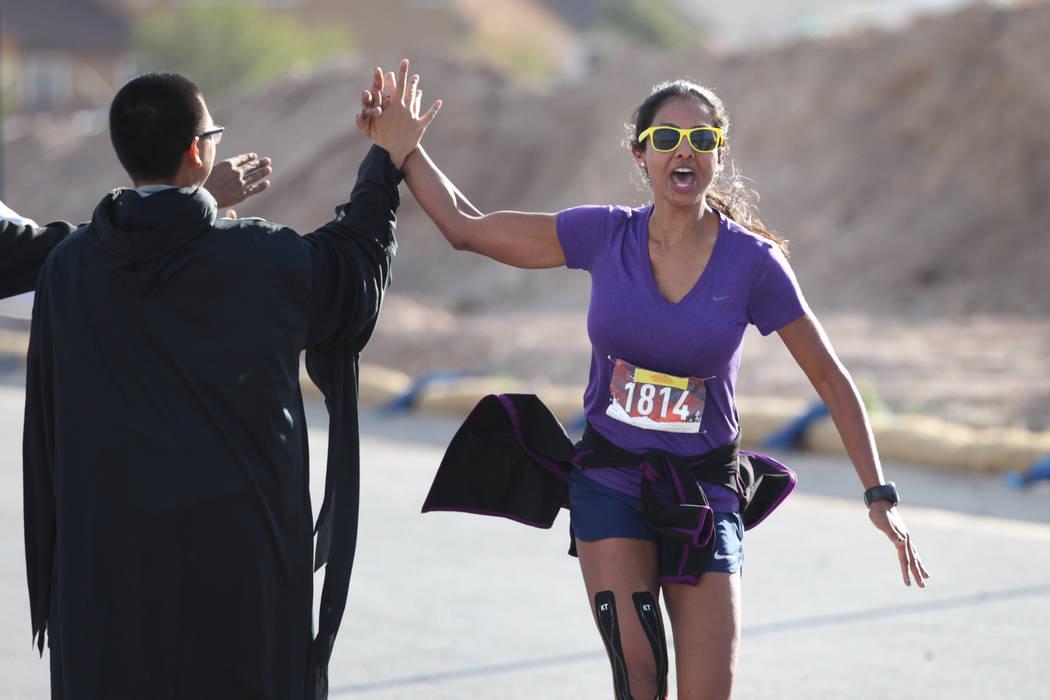 Melissa Hillmen de Las Vegas corre hasta la meta de la media maratón de Halloween en el hotel-casino Fiesta Henderson en Las Vegas, el sábado 27 de octubre de 2018. Erik Verduzco Las Vegas Revie ...