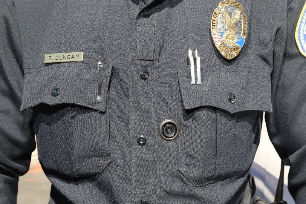 El oficial de Henderson, E. Duncan, lleva su cámara de cuerpo en su uniforme. Las cámaras forman parte de un nuevo sistema integrado requerido por el Proyecto de Ley Senatorial 176, que entró e ...