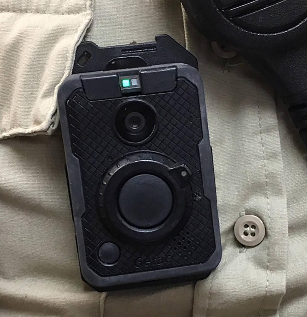 La ley de Nevada requiere que las cámaras corporales sean llevadas por todos los oficiales que interactúan con el público. La Oficina del Alguacil del Condado de Nye extiende eso para requerir ...