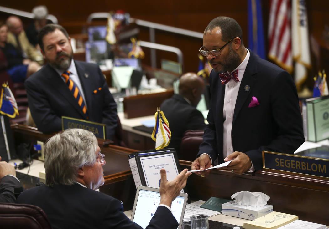 El senador Tick Segerblom, D-Las Vegas, y el líder de la mayoría del Senado, Aaron Ford, D-Las Vegas, durante la hora final de la Legislatura de Nevada en el edificio legislativo en Carson City ...