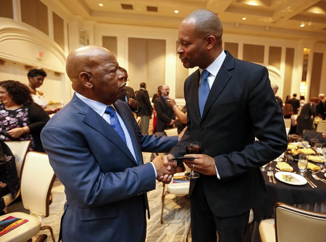 El representante John Lewis, D-Ga., a la izquierda, saluda al líder de la mayoría del Senado, Aaron Ford, D-Las Vegas, durante la gala anual de la Universidad de Touro Nevada y la subasta silenc ...
