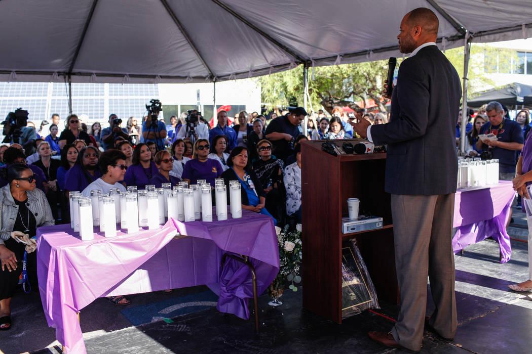 El senador Aaron Ford habla durante una ceremonia de reconocimiento para los trabajadores del Hospital UMC y los trabajadores del Hospital Sunrise en UMC en Las Vegas, el viernes 6 de octubre de 2 ...