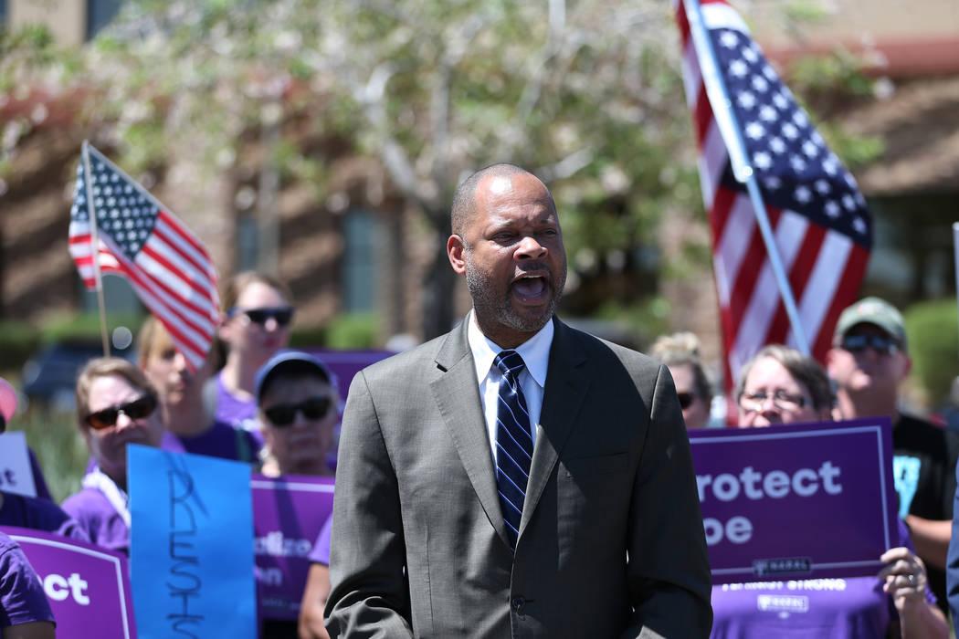 El líder de la mayoría en el Senado, Aaron Ford, habla durante un mitin organizado por los demócratas de Nevada y NARAL para protestar por la elección del Tribunal Supremo en el exterior del e ...