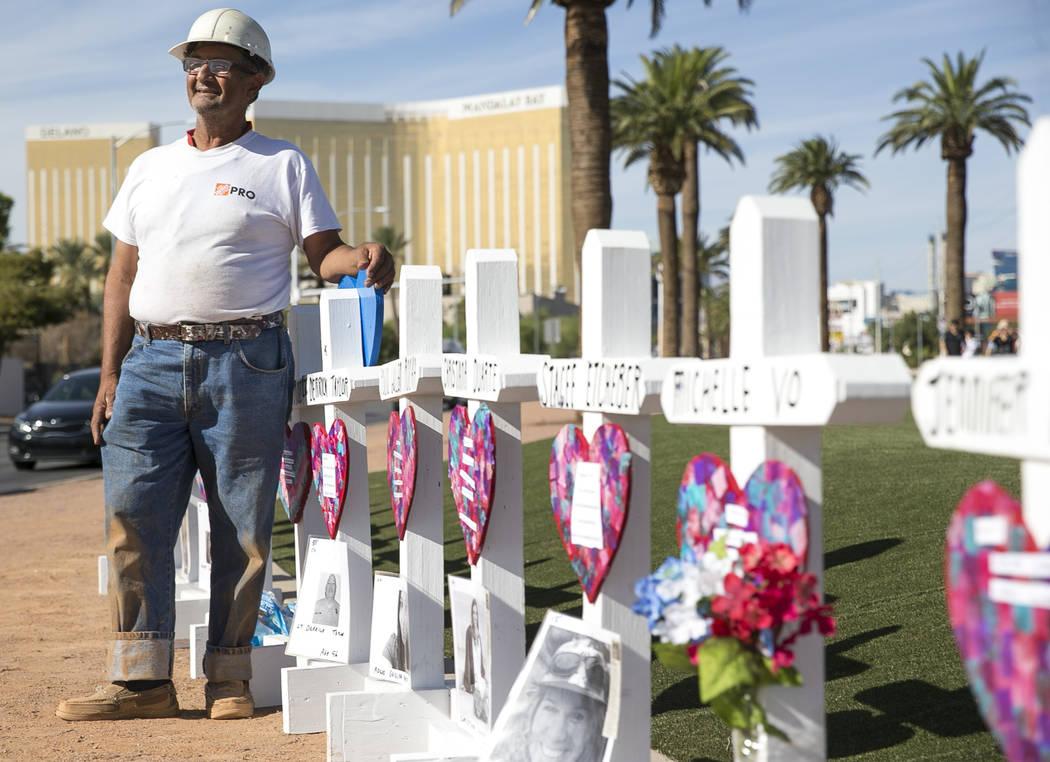 Greg Zanis, de Aurora, Illinois, junto a las 58 cruces que colocó cerca del cartel de Welcome to Fabulous Las Vegas, en honor a las víctimas del tiroteo del 1 de octubre, el viernes 28 de septie ...