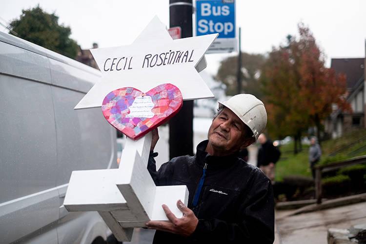 Greg Zanis lleva un marcador de madera con el nombre de Cecil Rosenthal después del trágico tiroteo en Pittsburgh, PA en el Árbol de la Vida. La comunidad se reúne de todas las diferentes raza ...