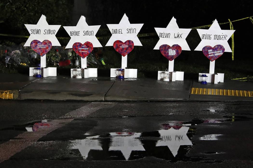 Estas Estrellas de David con los nombres de cinco de las 11 personas que murieron en la Sinagoga del Árbol de la Vida, son parte de un memorial de flores y estrellas que se han reunido fuera del ...