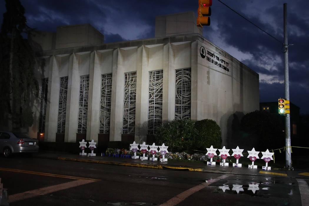 Un memorial de flores y estrellas se alinea en la acera fuera de la Sinagoga del Árbol de la Vida el domingo 28 de octubre de 2018, en memoria de las 11 personas que murieron cuando un tirador ab ...