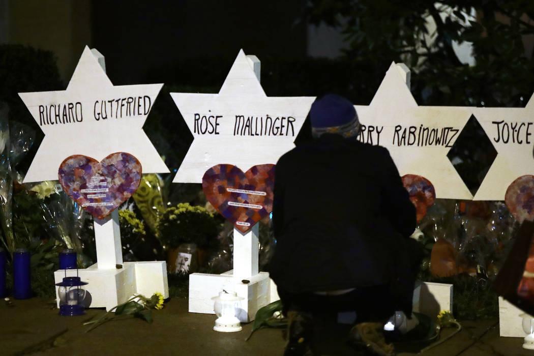 Las estrellas de David con los nombres de los que murieron en un tiroteo mortal en la sinagoga del Árbol de la Vida frente a la sinagoga en Pittsburgh, el domingo 28 de octubre de 2018. (Matt Rou ...