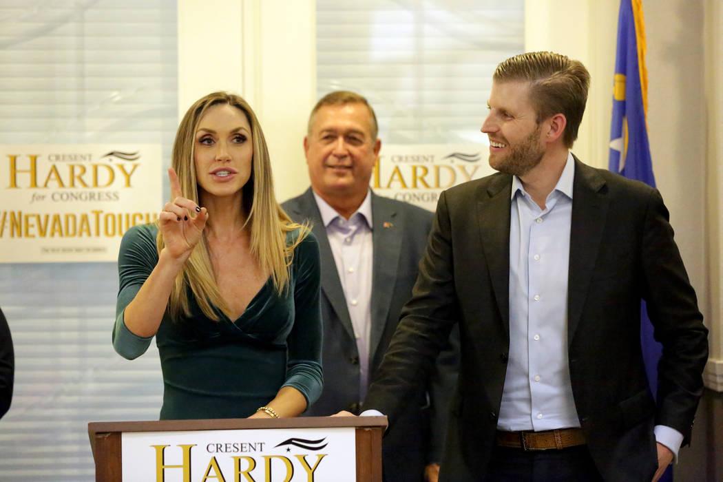 Lara Trump se dirige a una multitud durante un mitin en la oficina de Summerlin del Partido Republicano de Nevada mientras su esposo, Eric Trump, a la derecha, y Cresent Hardy escuchan el lunes 29 ...