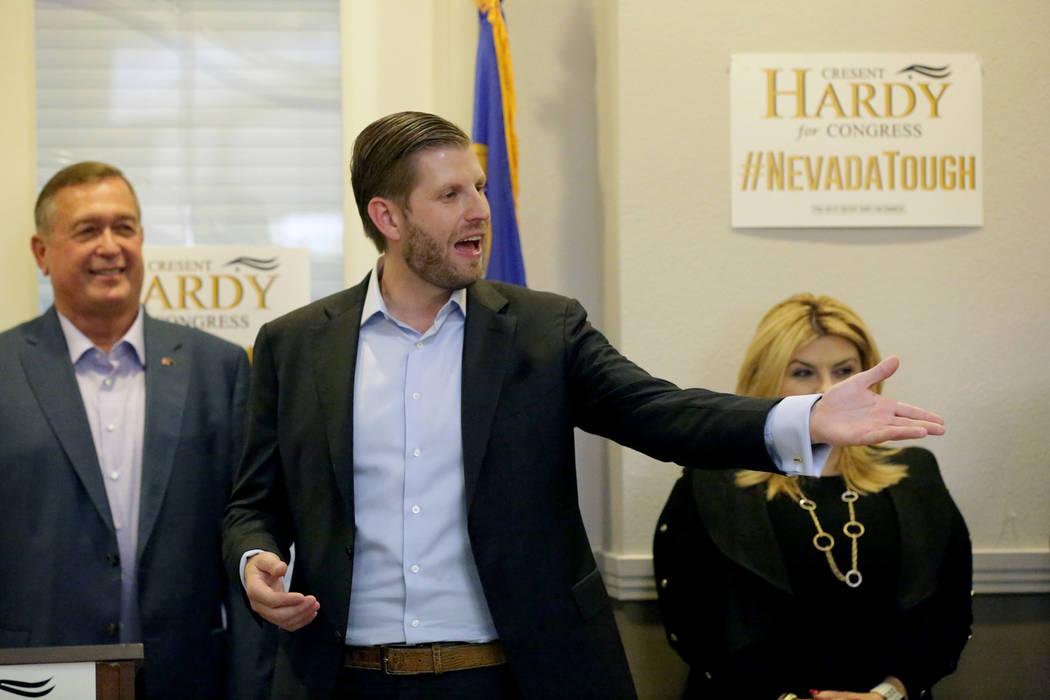 Eric Trump, centro, responde a los comentarios de la multitud durante un mitin en la oficina de Summerlin del Partido Republicano de Nevada mientras Cresent Hardy y Michele Fiore observan el lunes ...
