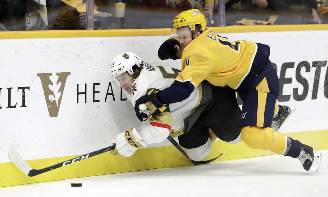 El defensa Ryan Ellis (4) de los Predators de Nashville derriba al centro Erik Haula (56) de las Vegas Golden Knights, en Finlandia, en el primer período de un juego de hockey de la NHL el martes ...