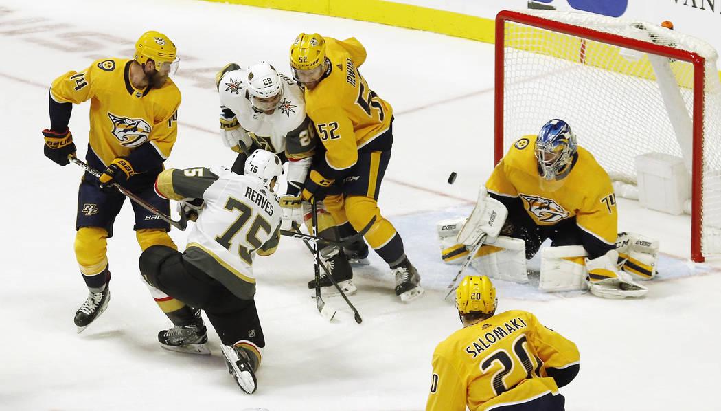 El alero derecho de Vegas Golden Knights, Ryan Reaves (75), dispara contra el portero Juuse Saros (74) de Nashville Predators, de Finlandia, en el segundo período de un juego de hockey de la NHL ...