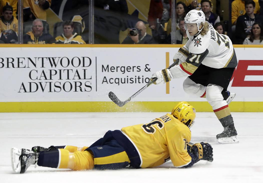 El centro William Karlsson de los Golden Knights de Vegas (71), de Suecia, derriba al defensor de los Predators de Nashville P.K. Subban (76), en el primer período de un juego de hockey de la NHL ...