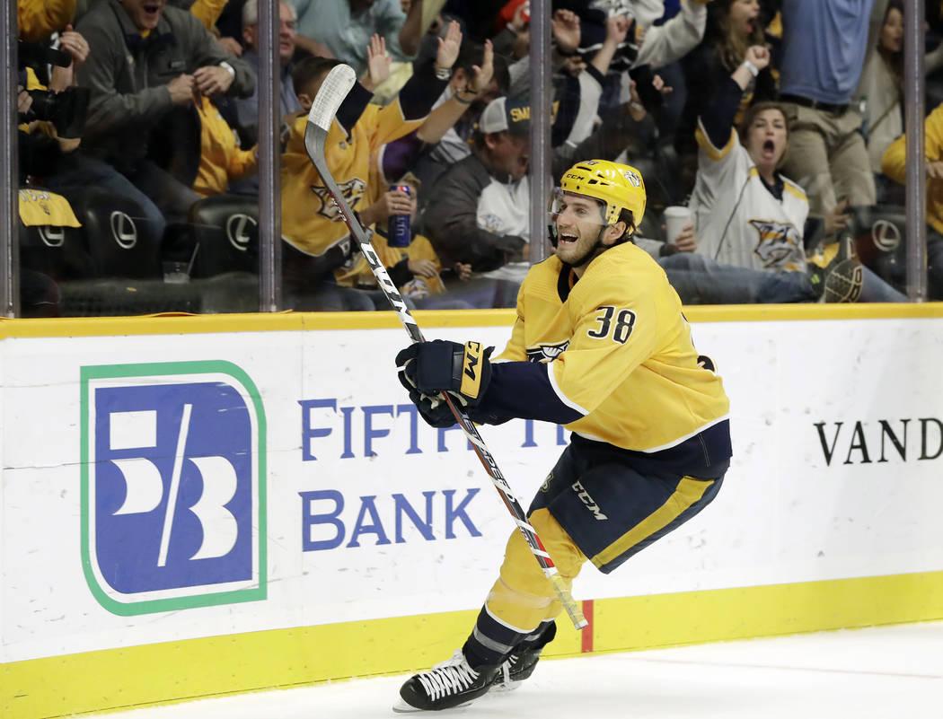El alero derecho de los Predators de Nashville, Ryan Hartman, celebra después de anotar su primer gol del juego contra los Golden Knights de Las Vegas en el segundo período de un juego de hockey ...