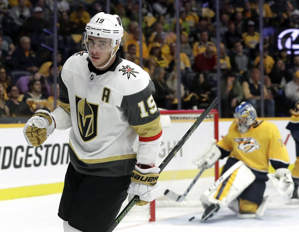 Reilly Smith (19), alero derecho de los Vegas Golden Knights, se aleja de la red luego de anotar un gol contra el portero de los Predators de Nashville, Juuse Saros, de Finlandia, a la derecha, en ...