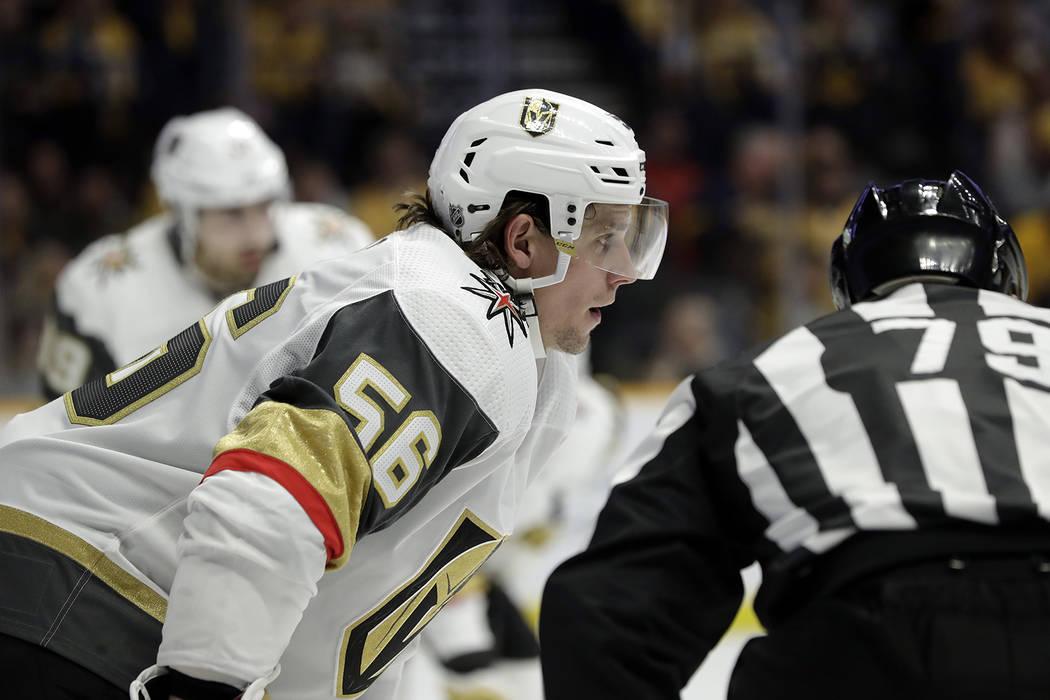 Erik Haula (56), centro de los Golden Knights de Vegas, juega contra los Predators de Nashville en el segundo período de un juego de hockey de la NHL el 30 de octubre de 2018 en Nashville, Tennes ...