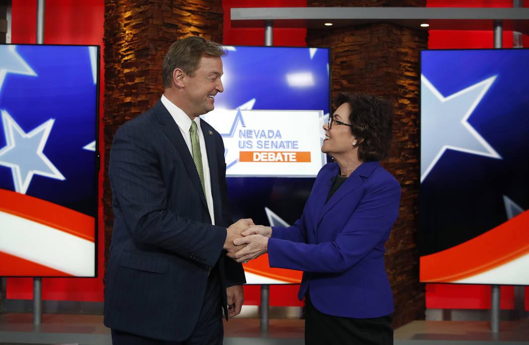 El senador Dean Heller, republicano a la izquierda, y la representante Jacky Rosen, demócrata de Nevada, se dan la mano antes de un debate en el Senado de los EE.UU., El viernes 19 de octubre de ...