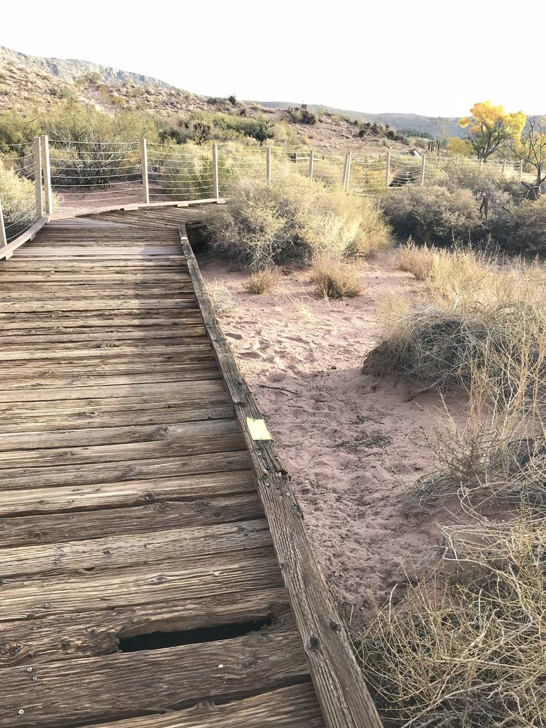 Un agujero se forma en la vieja sección de madera del paseo marítimo de Red Spring en el Área de Conservación Nacional de Red Rock Canyon el 29 de octubre. (Henry Brean / Las Vegas Review-Journal)