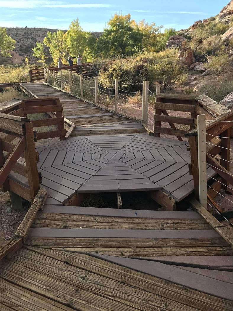 Tablones caídos crean un peligro para la seguridad en el paseo marítimo de Red Spring en el Área de Conservación Nacional de Red Rock Canyon el 29 de octubre. (Henry Brean / Las Vegas Review-J ...