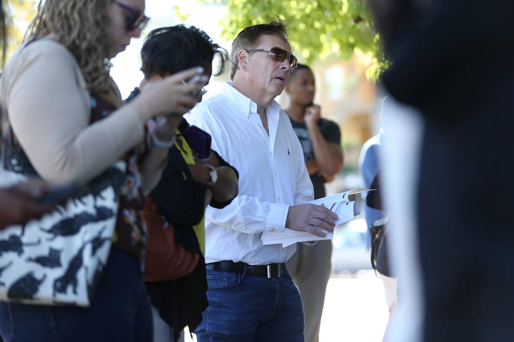 Una persona escucha durante el proceso de precalificación para la subasta del hotel Lucky Dragon en el edificio Nevada Legal News en Las Vegas, el martes 30 de octubre de 2018. Erik Verduzco Las ...