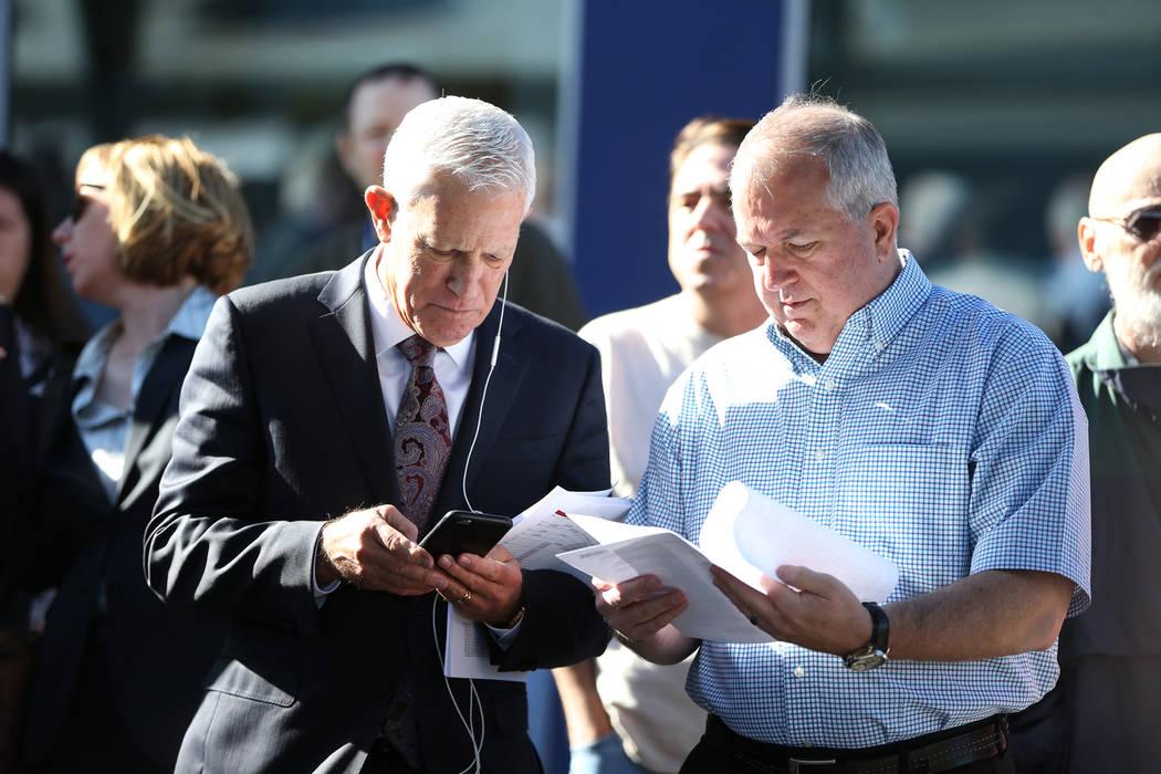Bob Swadkins, a la derecha, director financiero de Nevada Restaurant Services, con su representante Mark Greenfield, en el edificio Nevada Legal News en Las Vegas durante la subasta del hotel Luck ...