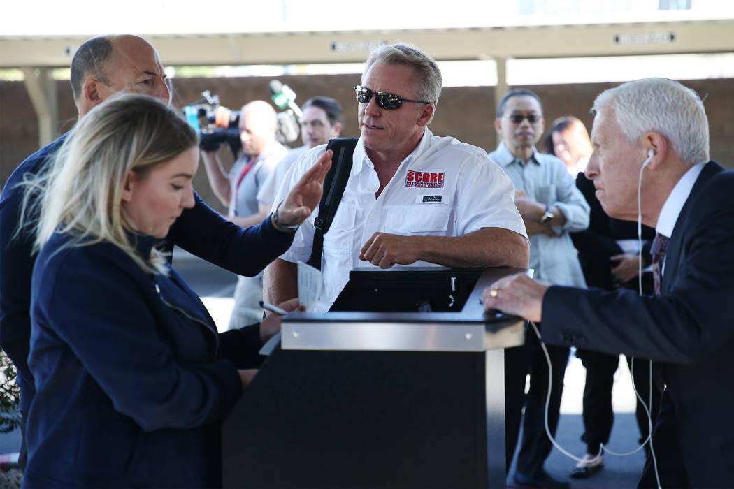 Roger Norman, centro, habla con los subastadores durante el proceso de precalificación para la subasta del hotel Lucky Dragon en el edificio Nevada Legal News en Las Vegas, el martes 30 de octubr ...