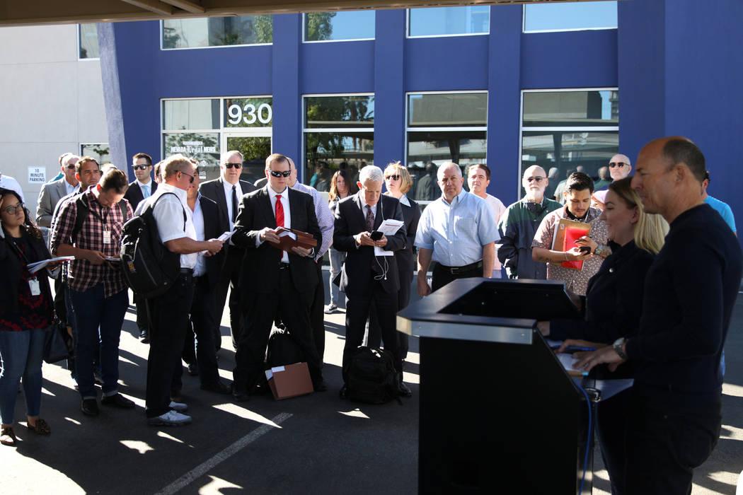 La gente asiste a la subasta del hotel Lucky Dragon en el edificio Nevada Legal News en Las Vegas, el martes 30 de octubre de 2018. Erik Verduzco Las Vegas Review-Journal @Erik_Verduzco