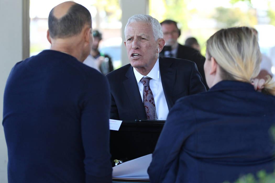 Mark Greenfield, centro, representante de Nevada Restaurant Services, habla con los subastadores durante el proceso de precalificación para ofertar en la subasta del hotel Lucky Dragon en el edif ...